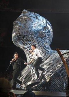 robbie-williams-and-olly-murs-on-stage-1372944150-custom-0